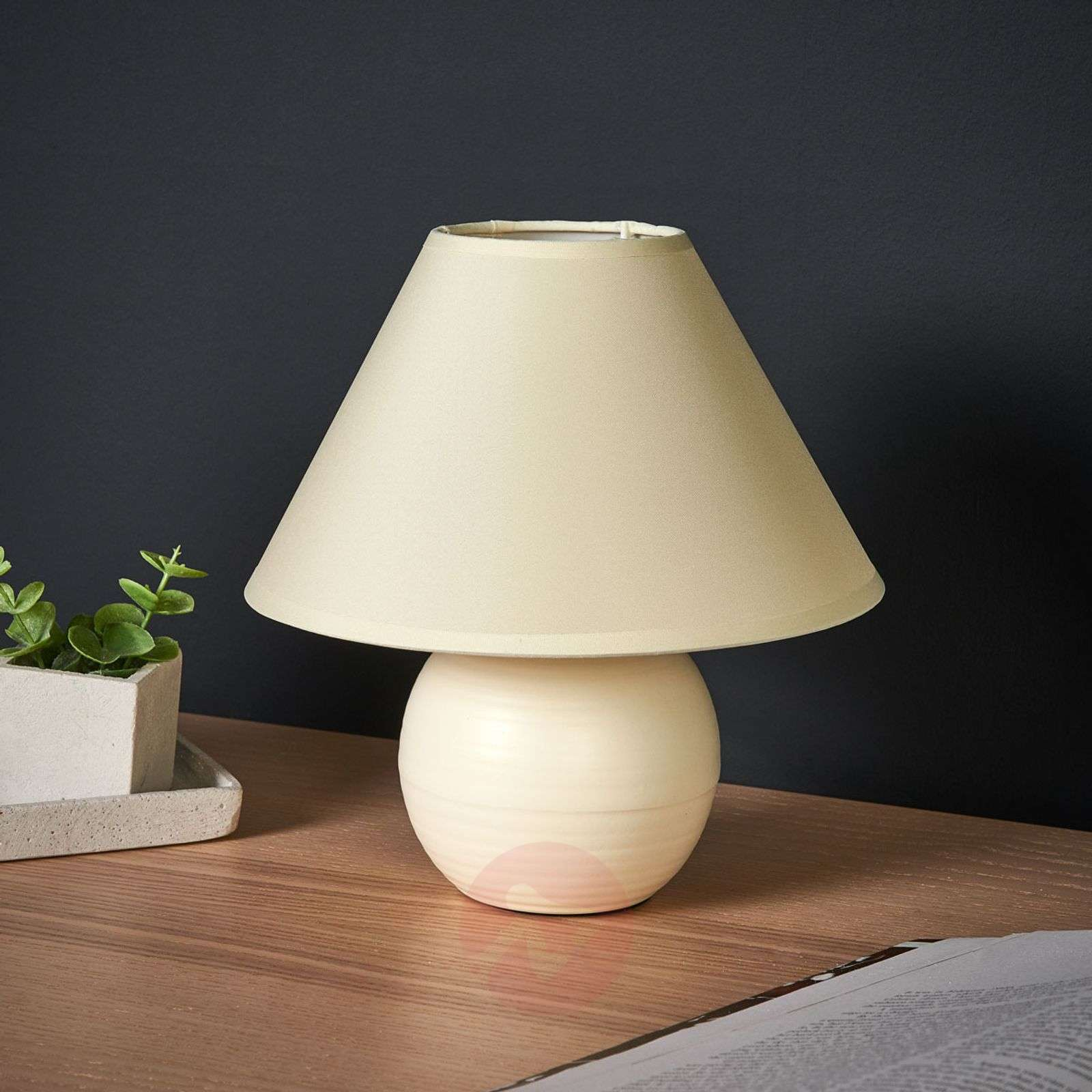 Cream-coloured Kaddy table lamp with ceramic base-6054940-01